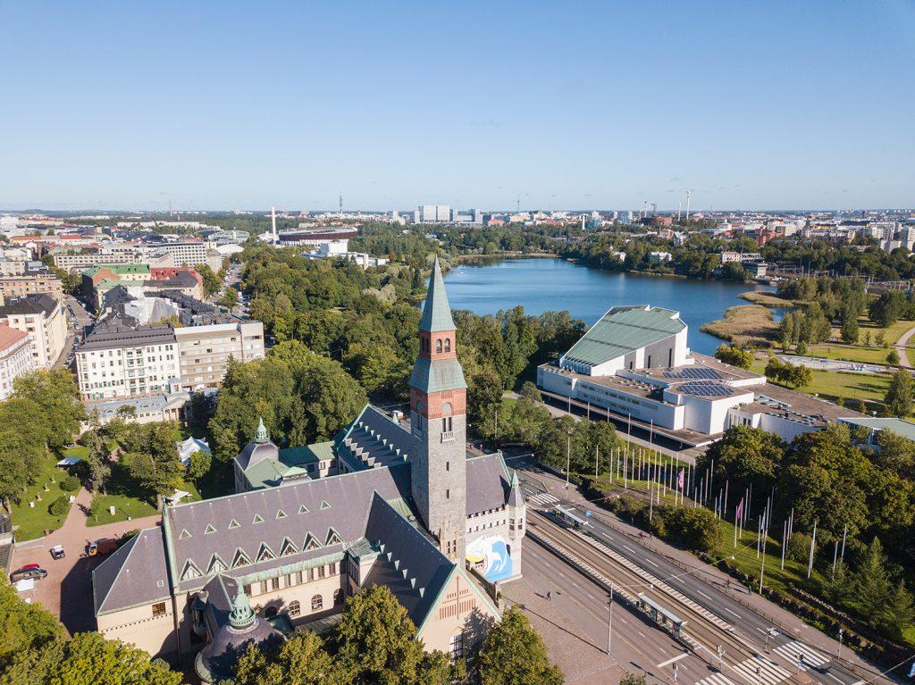 Näkymä Töölöstä kohti Töölönlahtea ja Kalliota. Edessä Kansallismuseo, taustalla Finlandiatalo