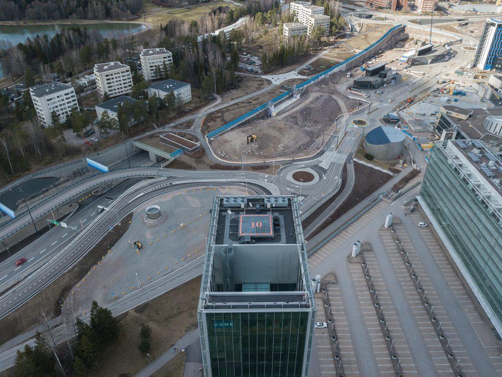 Kehä1 tunnelin kansi kuvattuna Keilaniemen suunnasta keväällä 2020