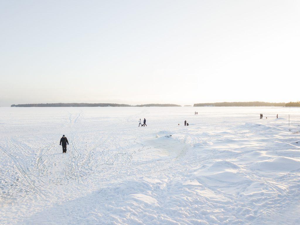 Ulkoilijoita jäällä Haukilahden edustalla Espoossa