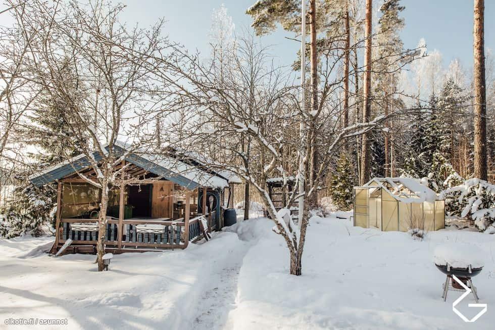 Myydään mökki Sipoossa: Sauna on erillisessä rakennuksessa, jossa on myös oleskelutilaa