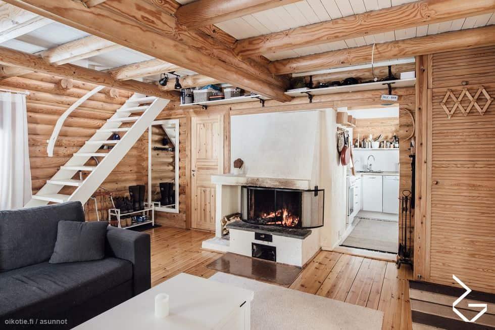 Myydään mökki Sipoossa: Päärakennuksen olohuone, takka ja portaat yläkertaan